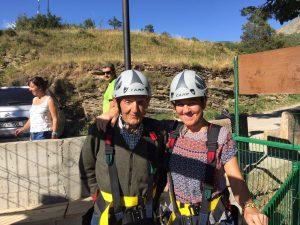Estas fotos corresponden al salto de Gerardo Casa Don Jorge de Sallent de Gállego, de 85 años. Y es que los mayores del valle se van lanzando por la Tirolina doble más larga de Europa, en Hoz de Jaca, en el Valle de Tena... ¿os animáis?