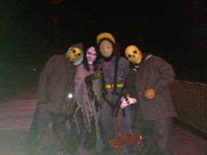 """Estas son algunas de las imágenes que nos dejó la noche de Halloween en la Tirolina del Valle de Tena… Sorpresas y sustos """"de muerte"""" para todos los que os animasteis a saltar y pasar una noche diferente con nosotros ¡¡ gracias a todos por vuestra visita!! ¡¡lo pasamos genial!!."""