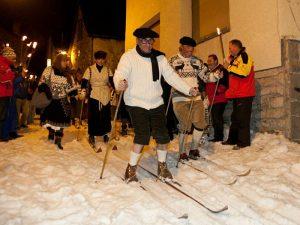 Para que puedas completar tu visita a la Tirolina del Valle de Tena, para este sábado te proponemos participar en el desfile de esquiadores de Sallent. A partir de las 20 h., Sallent volverá al pasado y por sus calles se deslizaran esquiadores vestido como a principios de siglo. ¿Te animas a recuperar ropa antigua y desfilar como un auténtico pionero del esquí?