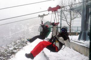 Hemos recibido una buena nevada, por lo que no podremos abrir nuestras instalaciones hoy lunes 16 de febrero. Os mantendremos informados sobre las novedades que vayan surgiendo... Y estas son algunas de los valientes que ayer, sí saltaron desde la tirolina doble más larga de Europa ¡con nieve!