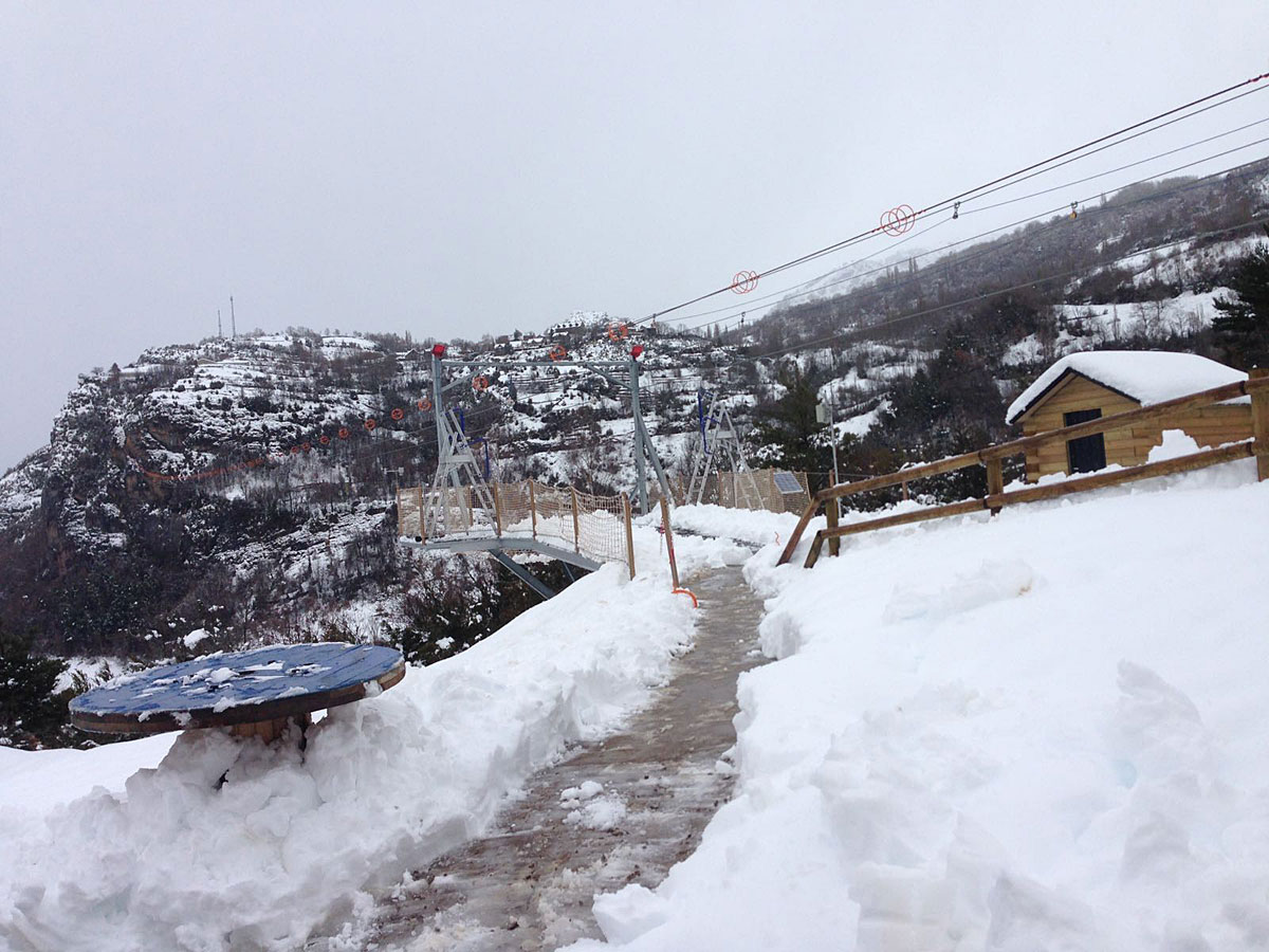¡¡Hemos tenido una buena nevada en HozdeJaca!! El equipo de la Tirolina del ValledeTena ha estado trabajando para despejar las instalaciones y confiamos que mañana, volvamos a abrir con normalidad ¡os mantendremos informados! Está todo precioso, con la nieve que hemos recibido... www.tirolinavalledetena.com