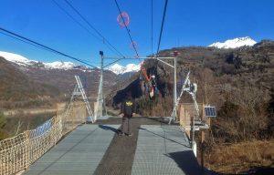 """recorre 950 m. desde el Mirador de Hoz de Jaca hasta la zona de """"aterrizaje"""", a más de 120 m. de altura sobre el lago y con unas fantásticas vistas del Pirineo."""