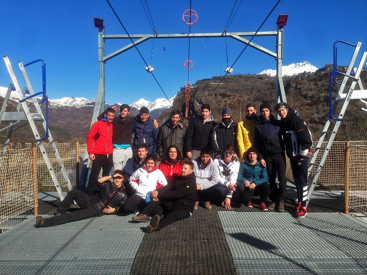 Estos son algunos de los valientes que han saltado hoy en la Tirolina doble más larga de Europa ¿a qué esperas para descubrir la experiencia de recorrer 950 m., volando a más de 120 m. de altura sobre el lago y con unas fantásticas vistas del Pirineo?